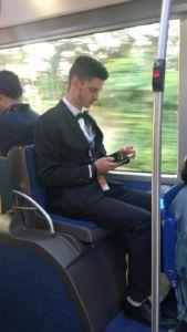 Sette del mattino in autobus, questo è vestito così